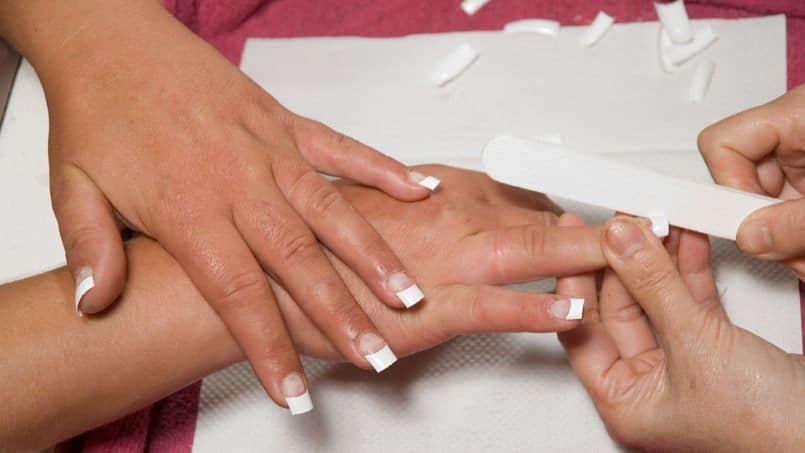 Comment Appliquer des Ongles Artificiels à l'Aide de Colle à Ongles